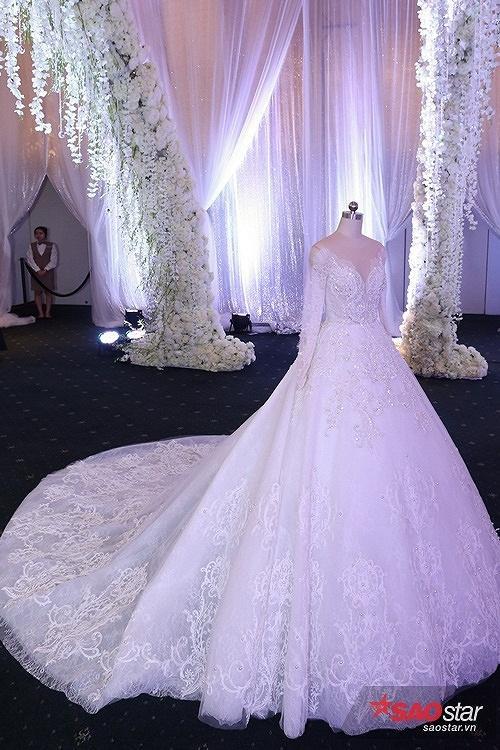 Váy cưới lộng lẫy  Để chuẩn bị váy cưới cho cô dâu Hari Won, NTK Chung Thanh Phong đã phải vất vả lên ý tưởng, tìm chất liệu rồi hoàn thiện mẫu trong vòng 1 tháng. Trong ngày trọng đại, Hari Won diện hai bộ váy cưới lộng lẫy, được đính kết từ rất nhiều hạt sequins lấp lánh.