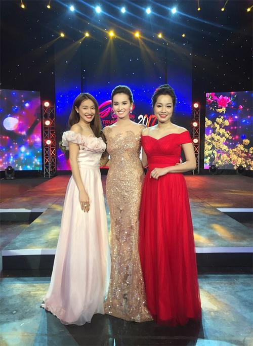 Lã Thanh Huyền quyến rũ khoe đường cong cơ thể, còn Nhã Phương và Minh Hương lại để lộ vai trần gợi cảm.