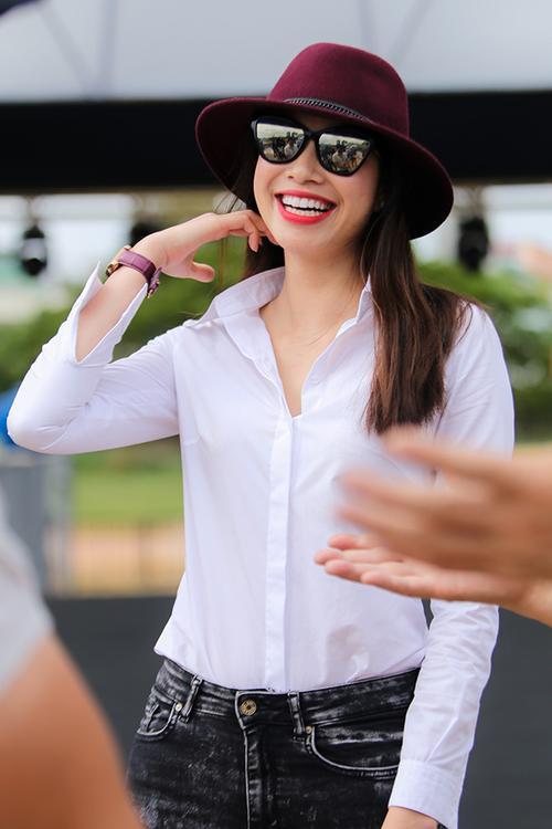 Diện trang phục giản dị nhưng Phạm Hương vẫn vô cùng quyến rũ.