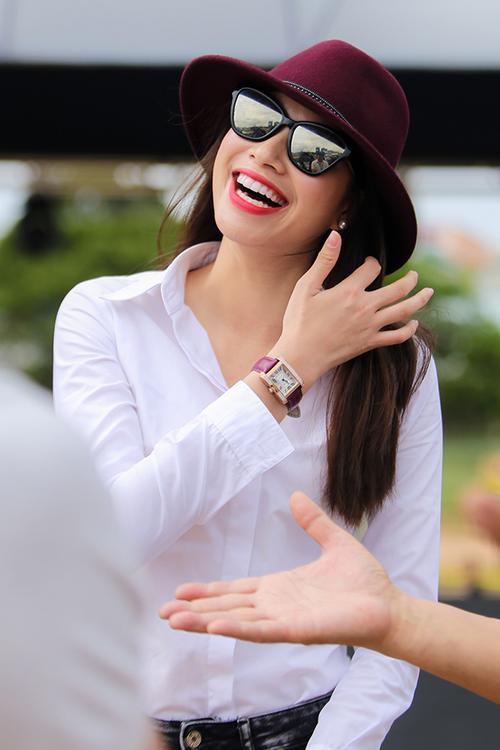 Cô liên tục nở nụ cười rạng rỡ.