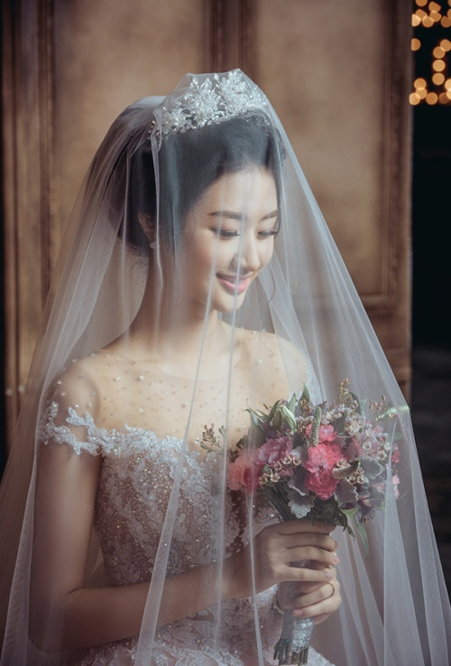 Ảnh cưới của Hoa hậu Thu Ngân cũng chính thức được hé lộ với công chúng:
