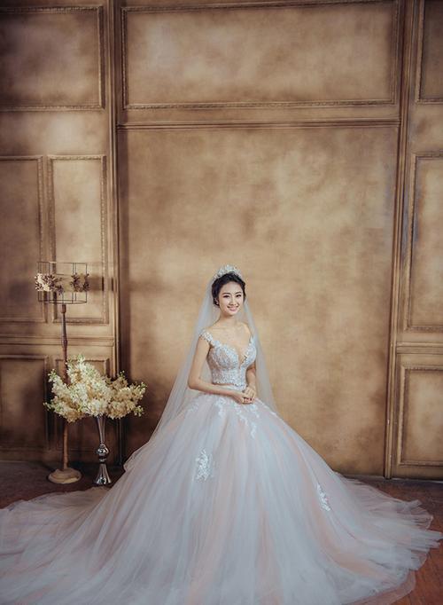 Hoa hậu Thu Ngân xinh đẹp trong bộ váy cưới bồng bềnh.