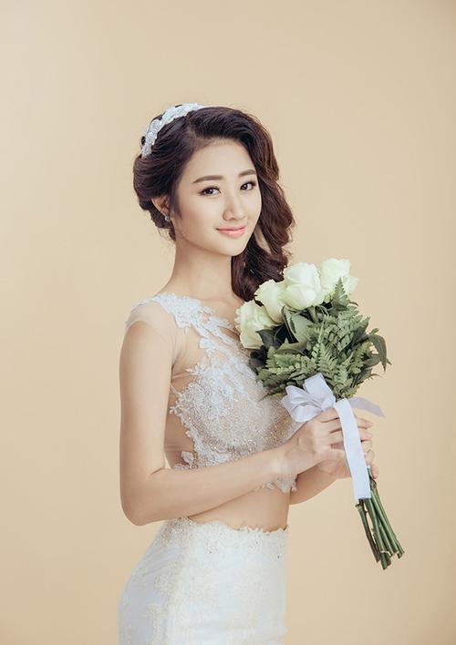 Thu Ngân kết hôn ở tuổi 21, sau 5 tháng đăng quang Hoa hậu.