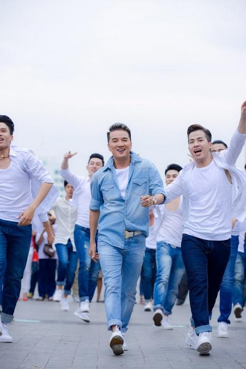 Mr. Đàm cùng Nguyễn Hồng Thuận gây náo loạn phố đi bộ với dàn trai đẹp 6 múi - ảnh 6