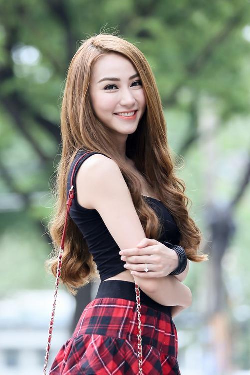 """Ngân Khánh  Bắt đầu bước chân vào nghiệp diễn từ năm 2005 với vai Quỳnh Hương trong bộ phim Mầm sống, Ngân Khánh được khán giả yêu mến với gương mặt đẹp hài hòa cùng vai diễn có số phận khá ngang trái mà khá nhiều diễn viên có nghề mơ ước. Nhưng phải đợi 2 năm sau, cô gái gốc Bình Định mới thật sự trở thành hiện tượng trên màn ảnh với vai Vy - một cô gái ác tâm, thủ đoạn trong Gọi giấc mơ về. Vừa là ca sĩ, người mẫu ảnh, người mẫu quảng cáo lại """"phụ trách"""" cả công việc diễn viên nhưng Ngân Khánh vẫn tích cóp được nhiều dự án phim ấn tượng như Nghề báo, Ghen, Tường vy cánh mỏng, Mây trắng ngang trời, Hạnh phúc có thật, Khi yêu đừng quay đầu lại, Cô dâu đại chiến…"""