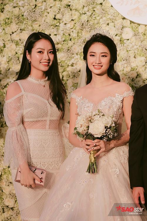 Hoa hậu Dân tộc Ngọc Anh tới chúc mừng cô bạn thân.