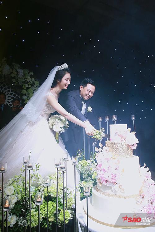 Cùng nhau cắt bánh cưới…