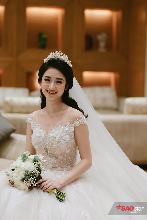 Hoa hậu Thu Ngân diện bộ váy cưới trắng quyến rũ.