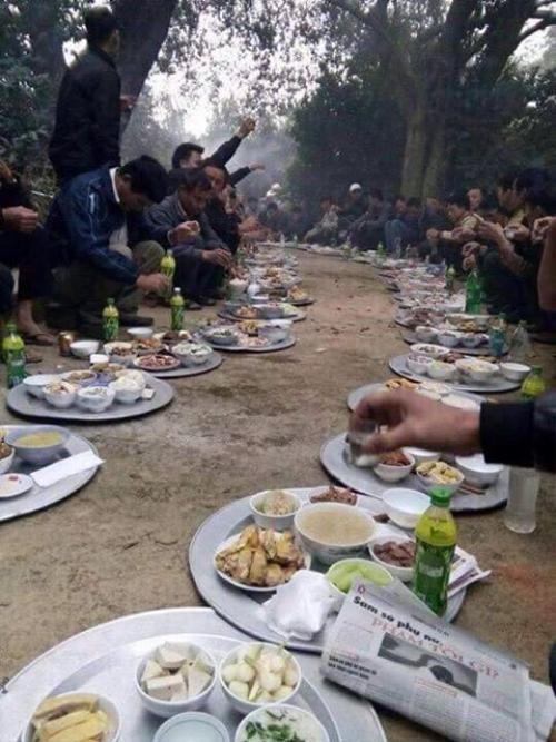 Đã ăn cỗ thì phải mỗi người một mâm, ngồi dọc đường làng như thế này mới là 'chất nhất Vịnh Bắc Bộ' ảnh 1