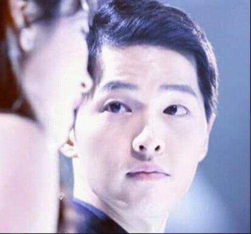 Ánh mắt của Song Joong Ki dành cho Song Hye Kyo vô cùng trìu mến, chất chứa đầy tình cảm.
