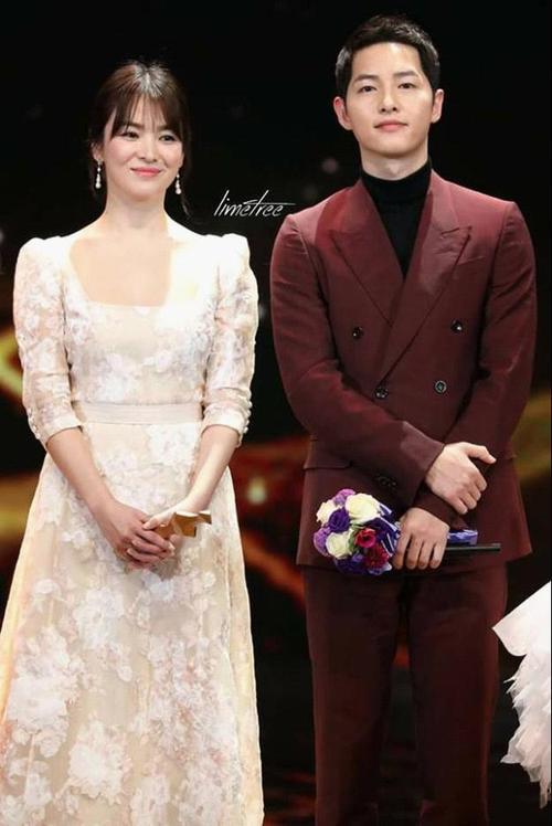 Dù đã mang guốc song Kyo vẫn thật nhỏ bé và đẹp đôi bên cạnh Song Joong Ki.