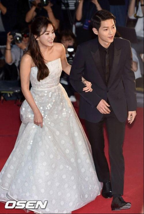 Tại lễ trao giải Baesang Award 2016 diễn ra vào ngày 3/6/2016 Song Joong Ki và Song Hye Kyo xuất hiện chẳng khác gì chàng hoàng tử và nàng công chúa.