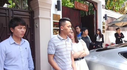 Hoa hậu Thu Hoài bước ra chứng kiến cảnh chiếc xe bị lập biên bản vi phạm nhưng tránh ống kính phóng viên
