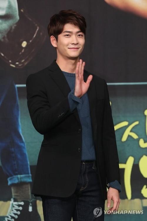 Nam diễn viên sinh năm 1994 liên tục mỉm cười và vẫy tay chào mọi người.