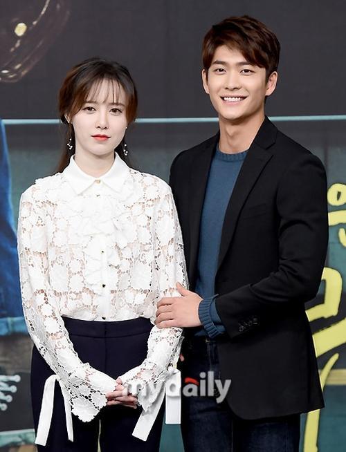 Dù chênh nhau 10 tuổi nhưng Kang Tae Oh khá đẹp đôi bên cạnh Goo Hye Sun.