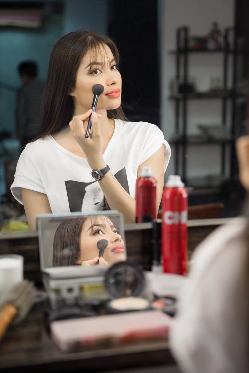 Phạm Hương tự trang điểm trước khi chụp hình quảng cáo.