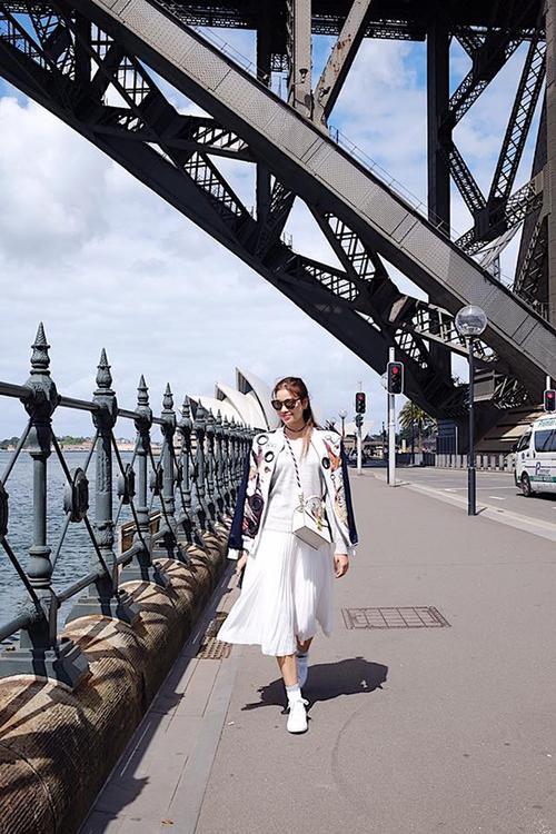 Nữ HLV The Face cực sành điệu trên đường phố Sydney.