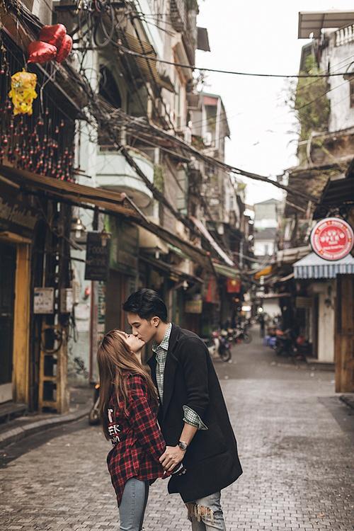 Sĩ Thanh hạnh phúc hôn bạn trai giữa đường phố.