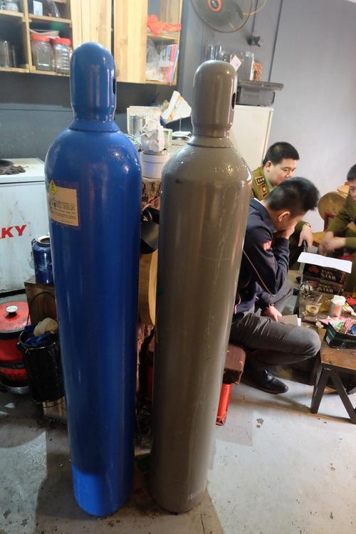 Hà Nội: Xử phạt nhiều hộ kinh doanh bán bóng cười cho giới trẻ ở phố cổ