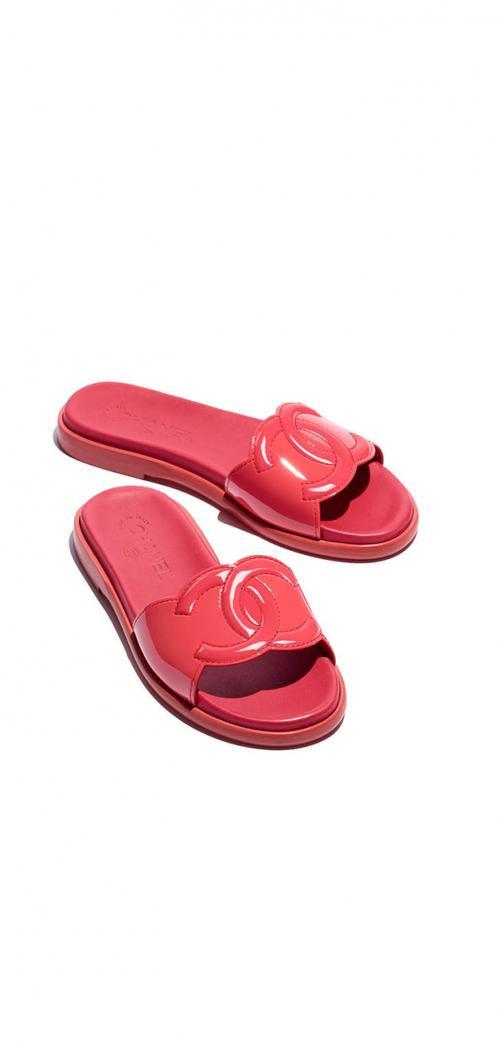 'Dép nhựa dẻo' của Zara chưa kịp hết hot, Chanel lại tiếp tục khiến tín đồ ngả ngửa vì đôi dép mùa mới này!