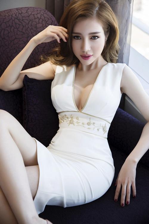 Vừa có nét gì đó ngây thơ nhưng cũng rất nóng bỏng, Elly Trần đích thực là Dao Dao phiên bản Việt.
