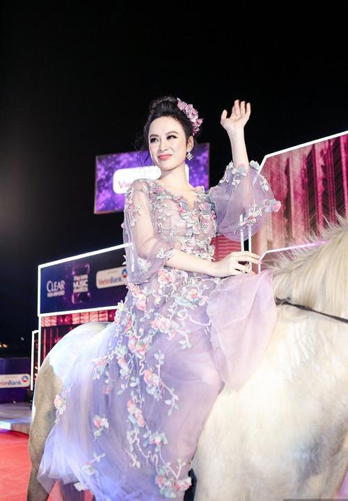 Chiếc váy giúp cô tỏa sáng và giữ vững phong độ nữ hoàng thảm đỏ.
