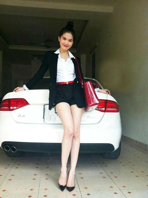 Chiếc xe hơi đầu tiên mà Ngọc Trinh sở hữu chính là chiếc Audi A4 với giá khoảng 1,5 tỷ đồng.