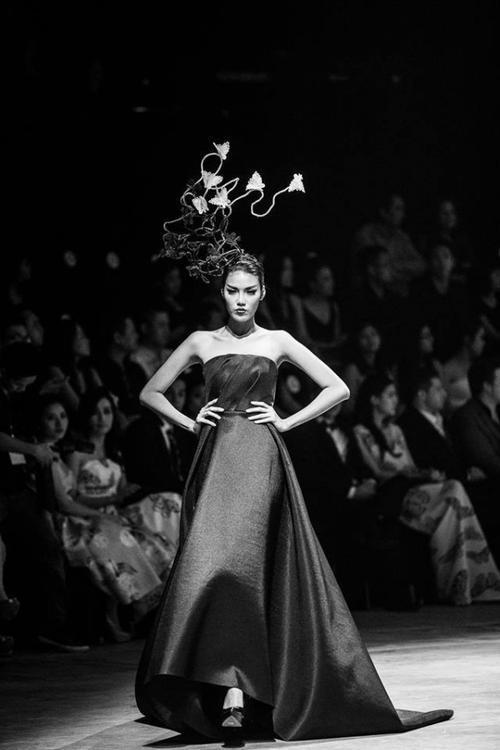 """Xuất hiện trên rất nhiều show diễn trong và ngoài nước, khả năng và kinh nghiệm catwalk của Lan Khuê cũng không phải """"dạng vừa""""."""