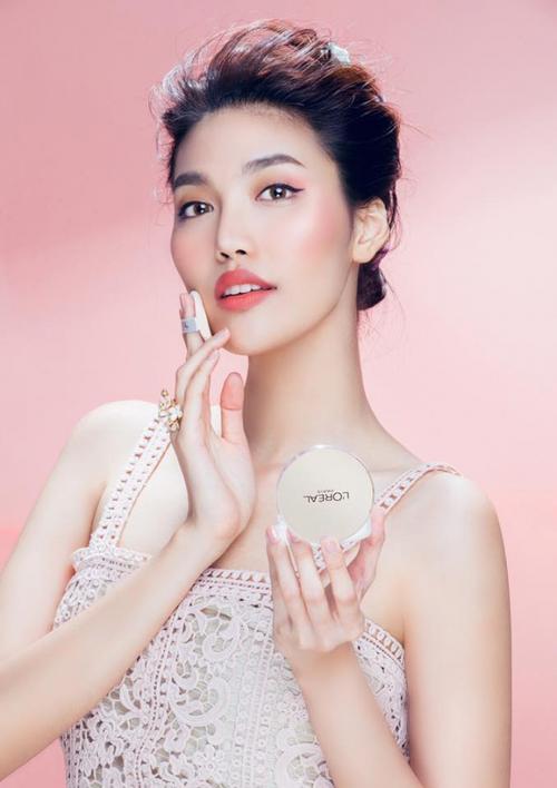 Nữ HLV còn là đại sứ thương hiệu cho hãng mỹ phẩm nổi tiếng của Pháp L'Oreal.