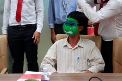 Người trúng gần 11 tỉ vé số triệu USD xuất hiện: 'Che mặt thì kỳ quá!'