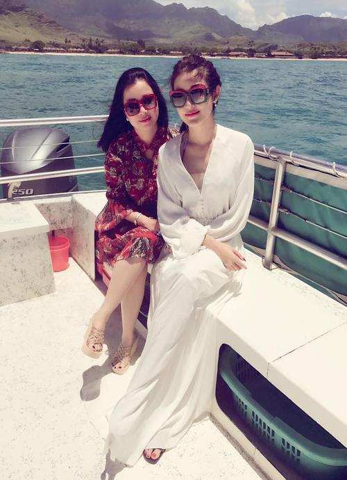 """Huyền My và mẹ trong chuyến công tác ở Hawaii, Mỹ.  Mới đây, trên Facebook cá nhân, Huyền My khiến nhiều người phải """"lác mắt"""" khi đăng tải bức ảnh diện bikini gợi cảm. Á hậu Hoa hậu Việt Nam 2014 tự khoe làn da trắng nõn nà, vòng 1 nóng bỏng trước biển."""