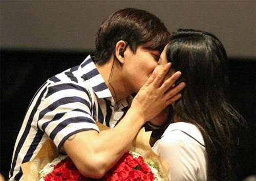 Giữa tháng 8/2016, Tim bất ngờ cầu hôn Trương Quỳnh Anh vỡ tại một rạp chiếu phim ở TP.HCM.