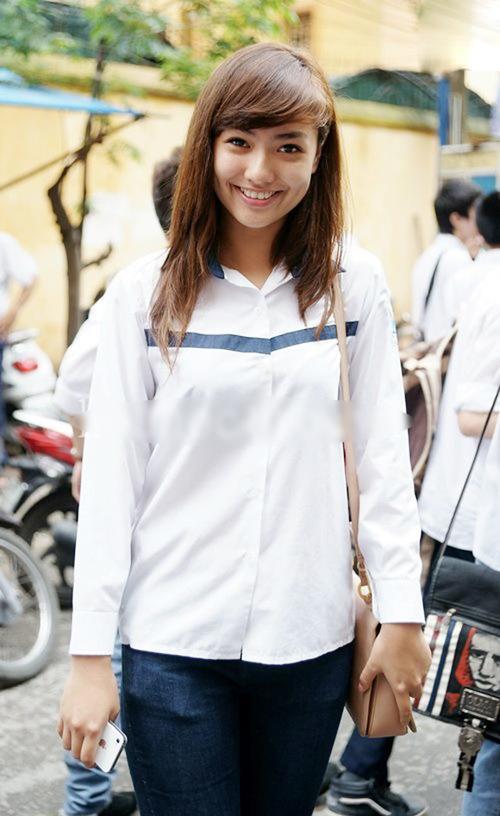 Hồng Quế giản dị với áo đồng phục.
