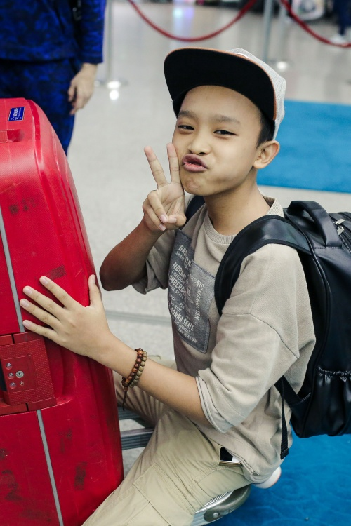 Phi Nhung cực chất với style hiphop, đùa giỡn cùng Hồ Văn Cường tại sân bay - ảnh 2