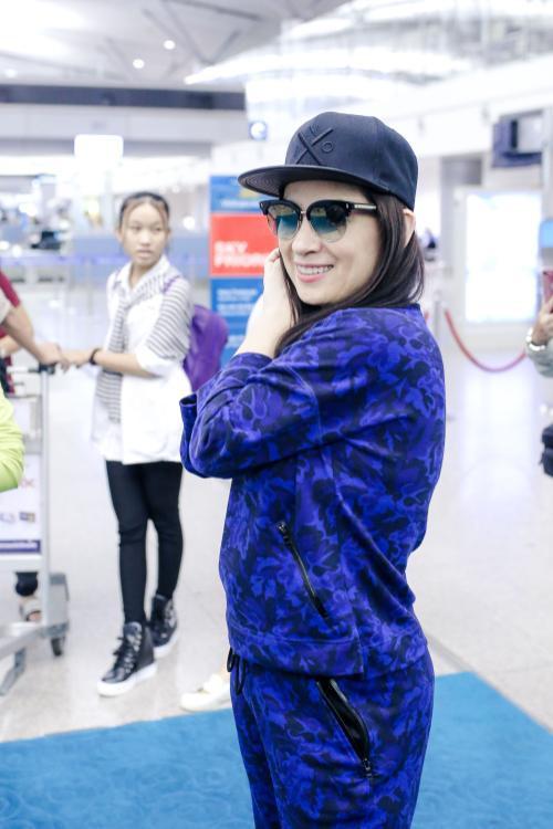Phi Nhung cực chất với style hiphop, đùa giỡn cùng Hồ Văn Cường tại sân bay - ảnh 6