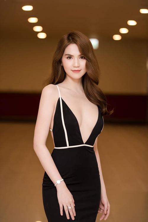 Tối 27/5, Ngọc Trinh đã có mặt tại Hà Nội để đảm nhận vai trò giám khảo cho một cuộc thi tìm kiếm đại diện Việt Nam tham gia đấu trường quốc tế tại Hàn Quốc vào tháng 6 sắp tới.