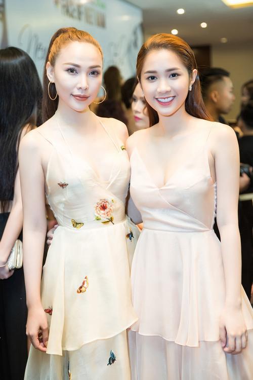 Quỳnh Hương đọ sắc bên đàn chị Minh Thư.