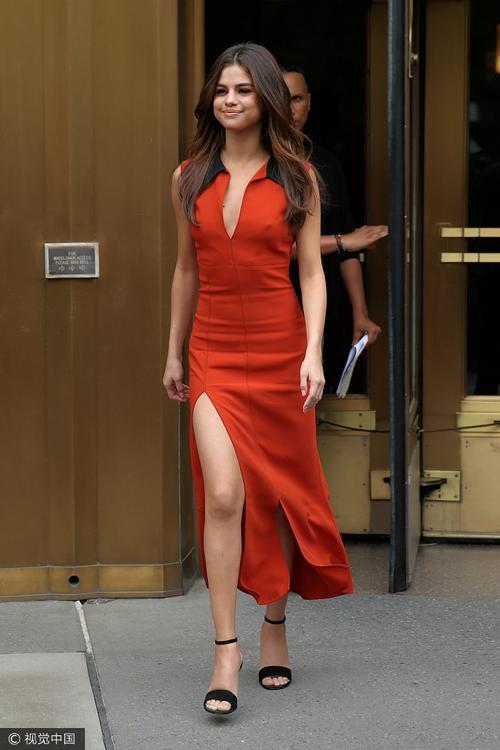 Selena Gomez và Gigi Hadid cùng diện đồ cam vàng chói lọi trên phố