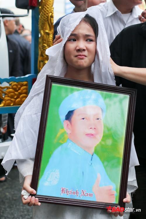 - dttp1517 - Mặc trời mưa lớn, nhiều khán giả vẫn có mặt đưa tiễn danh hài Khánh Nam về 'đất mẹ'
