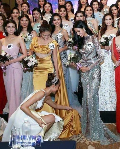 Phạm Hương lại ghi điểm với hành động chỉnh giày cho thí sinh Hoa hậu Hoàn vũ Việt Nam 2017
