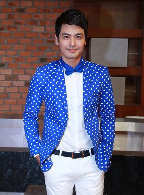 Dù diện vest 'màu mè' thế nào, Phan Anh vẫn nam tính, phong độ 'không đối thủ'