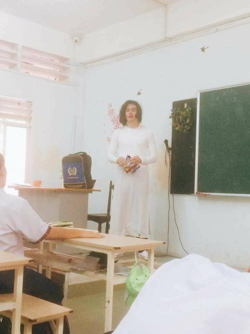 Thầy giáo Tây siêu 'lầy lội' khi hóa trang thành… cô giáo khiến học trò thích thú - Ảnh 2.