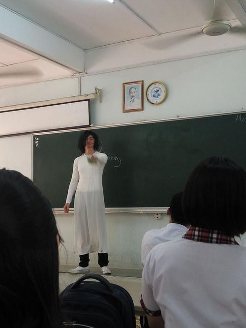 Thầy giáo Tây siêu 'lầy lội' khi hóa trang thành… cô giáo khiến học trò thích thú - Ảnh 4.