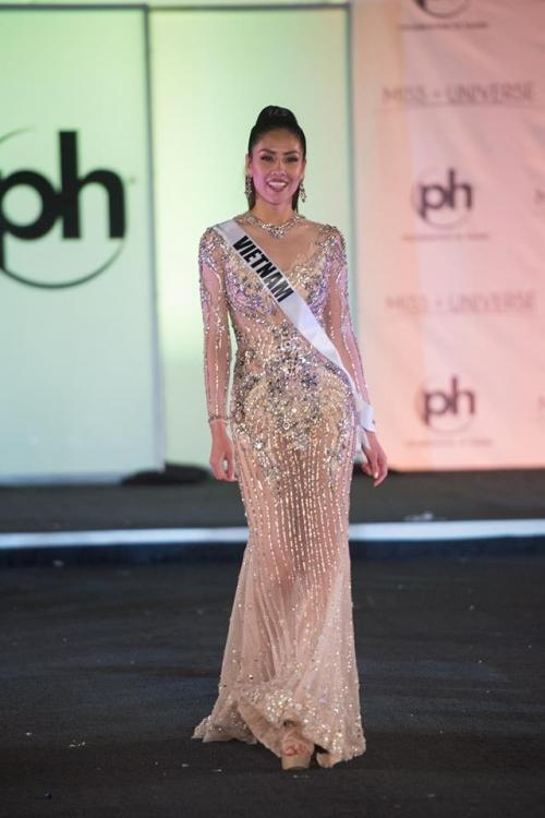 Miss Universe 2017: Đầm xuyên thấu giúp Nguyễn Thị Loan đánh bật nhiều đối thủ quốc tế