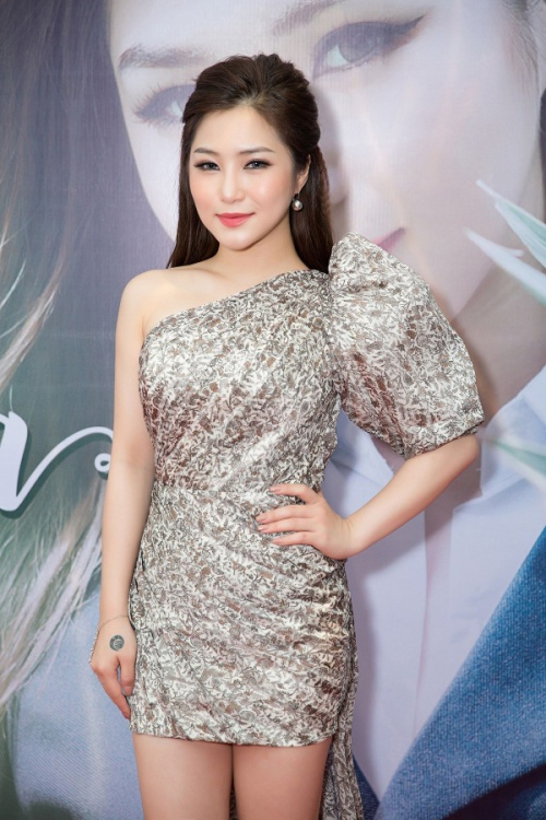 Buồn lòng khi mỹ nhân Việt tự 'lão hoá' hơn chục tuổi vì váy áo quý bà!