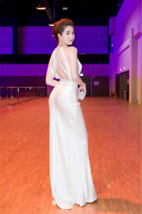 Vuột danh hiệu Vòng eo 56, Ngọc Trinh vẫn là mỹ nữ khoe lưng gợi cảm nhất Vbiz - Ảnh 6.