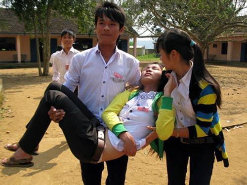 Giáo viên hoang mang chứng kiến nhiều học sinh có biểu hiện lạ, lăn ra ngất xỉu
