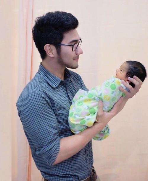 Em bé sơ sinh đẹp từ 'trong trứng' và chân dung bố mẹ càng làm cư dân mạng 'choáng' hơn - Ảnh 6.