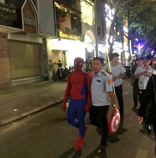 Bán hàng rong ở phố đi bộ Nguyễn Huệ, người nhện bị phạt 350.000 đồng