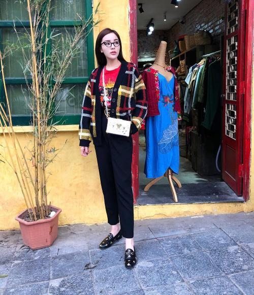 inst image 10 - Phạm Hương, Kỳ Duyên đã cất giày cao vời vợi vào tủ… để tậu mốt giày Selena Gomez mê mẩn